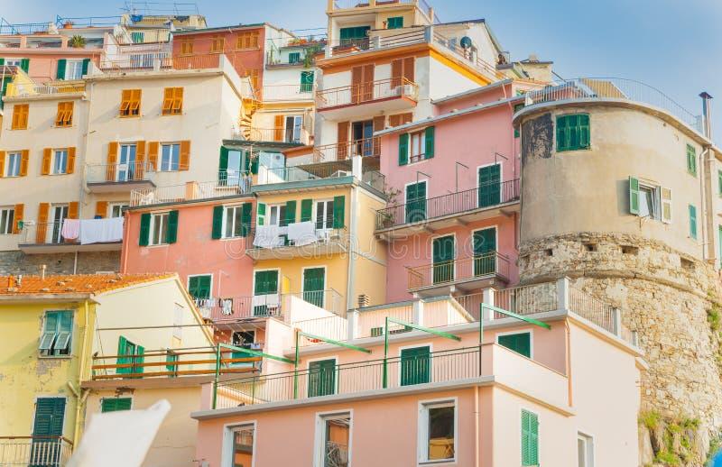 Appartements à gradins brillamment colorés typiques de l'Italien côtier vi photos libres de droits
