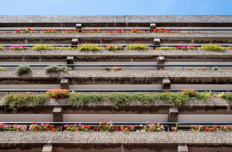 Appartements construits dans l'architecture d'après-guerre de style de Brutalist à la barbacane dans la ville de Londres R-U, ave photographie stock libre de droits