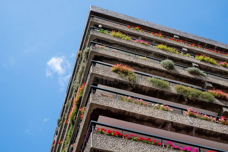 Appartements construits dans l'architecture d'après-guerre de style de Brutalist à la barbacane dans la ville de Londres R-U, ave photo stock