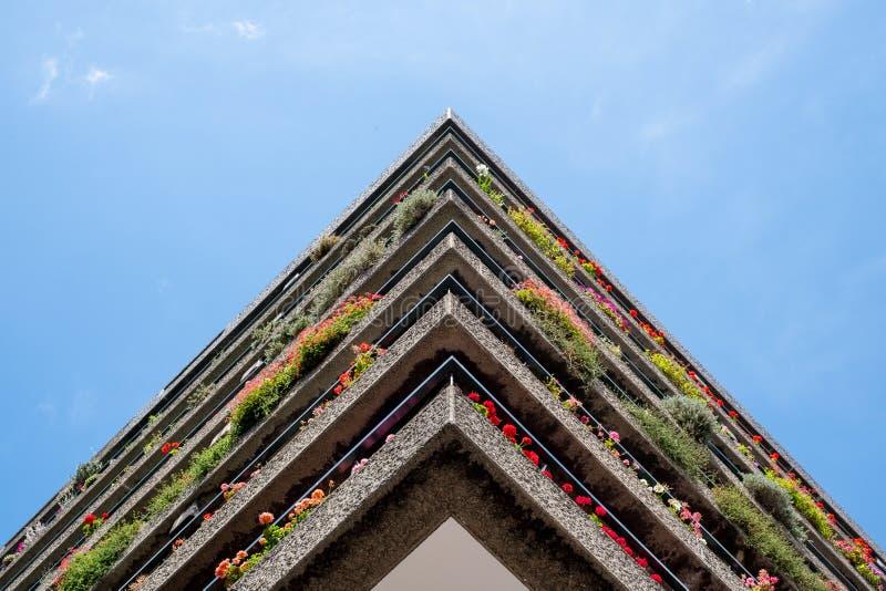 Appartements construits dans l'architecture d'après-guerre de style de Brutalist à la barbacane dans la ville de Londres R-U, ave images stock