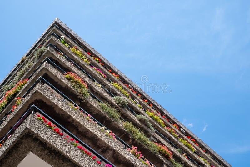 Appartements construits dans l'architecture d'après-guerre de style de Brutalist à la barbacane dans la ville de Londres R-U, ave images libres de droits