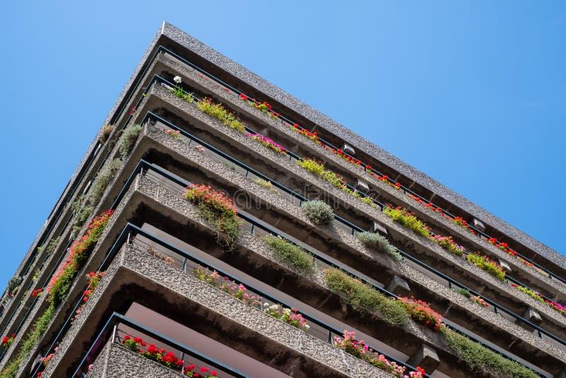 Appartements construits dans l'architecture d'après-guerre de style de Brutalist à la barbacane dans la ville de Londres R-U, ave image libre de droits