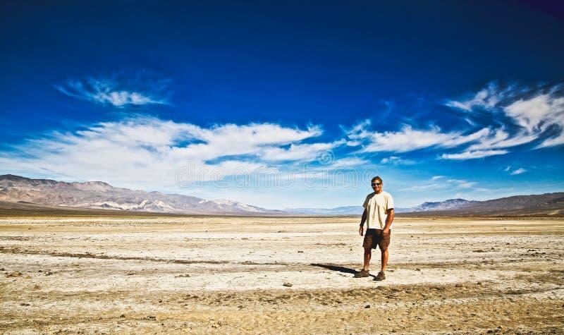 Appartements de sel de Death Valley de montagnes de randonneur photographie stock libre de droits