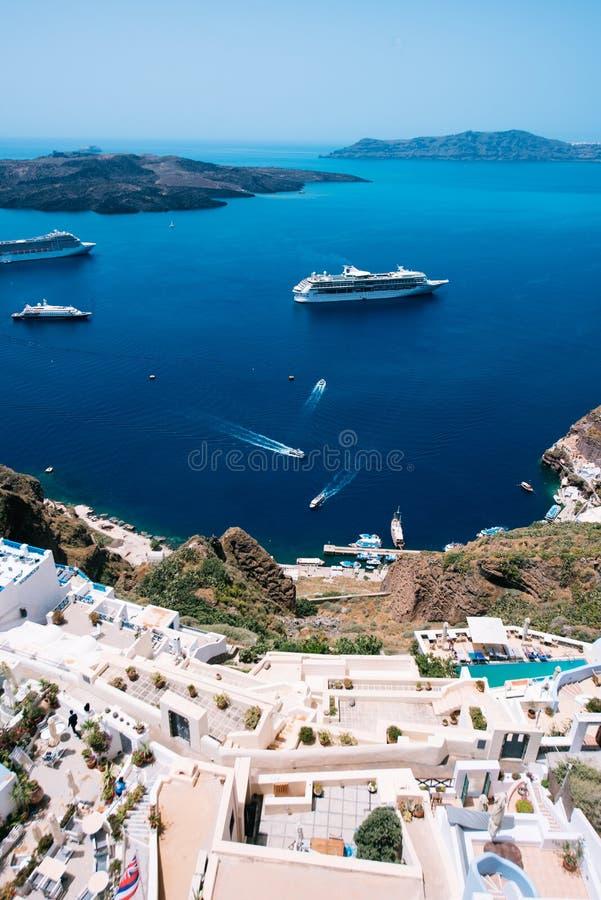 Appartements en terrasse dans Fira, Santorini, Cyclades, Grèce photo libre de droits