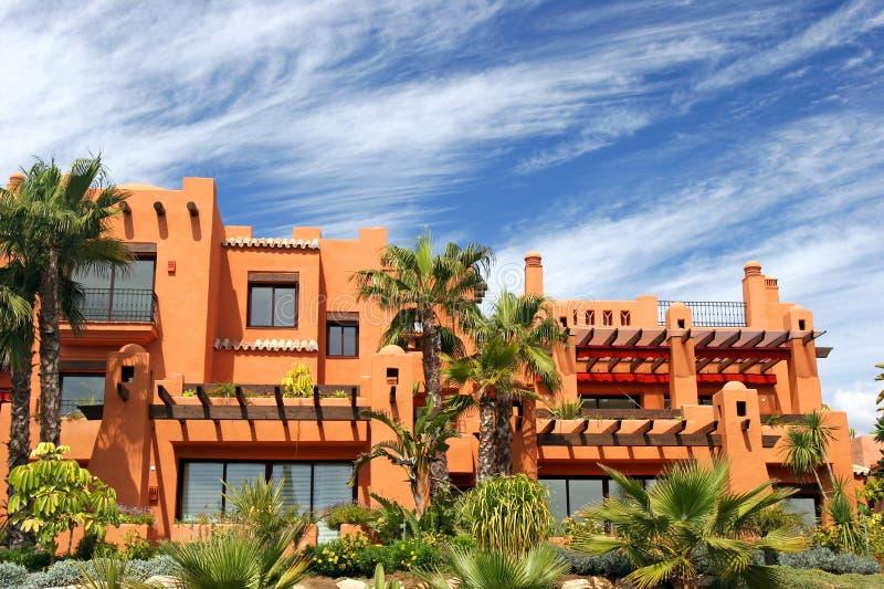 Appartements et jardins de luxe sur l'urbanisation en Espagne images libres de droits