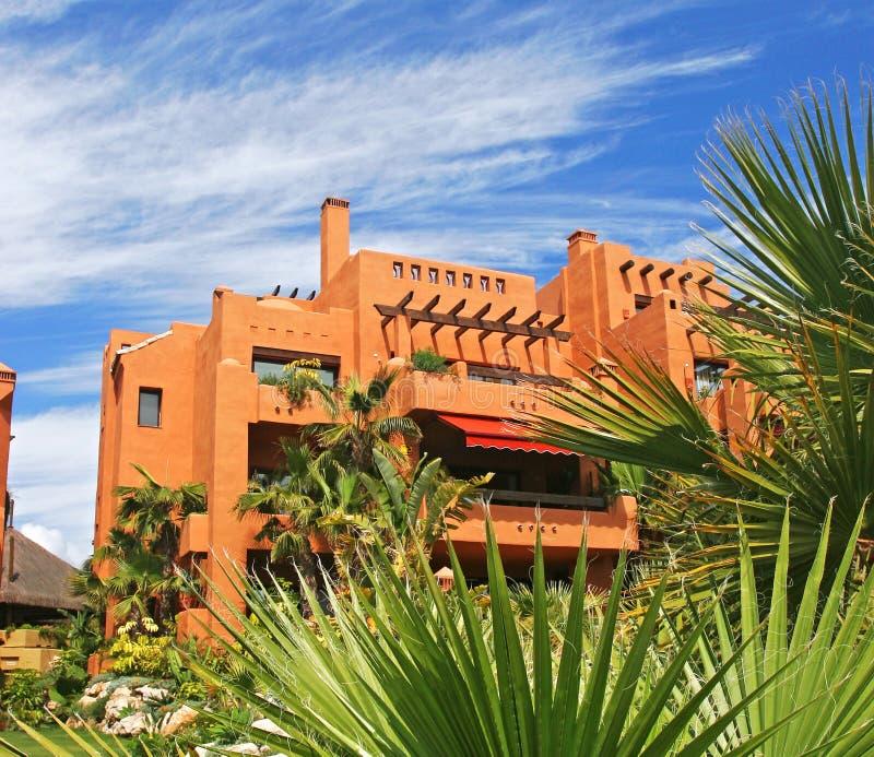 Appartements et jardins de luxe sur l'urbanisation en Espagne images stock