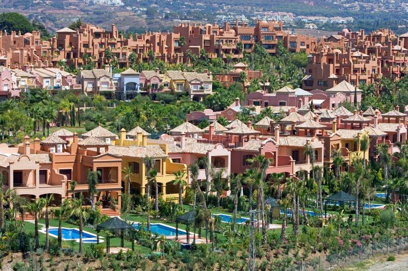 Appartements et maisons urbaines chers dans Nueva Andalousie en Espagne photographie stock libre de droits