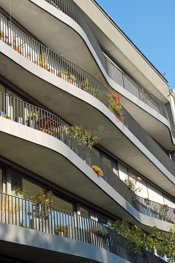 Appartements modernes avec les balcons incurvés photos stock