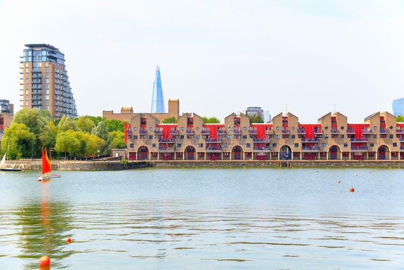 Appartements portuaires au bassin de Shadwell à Londres photographie stock libre de droits