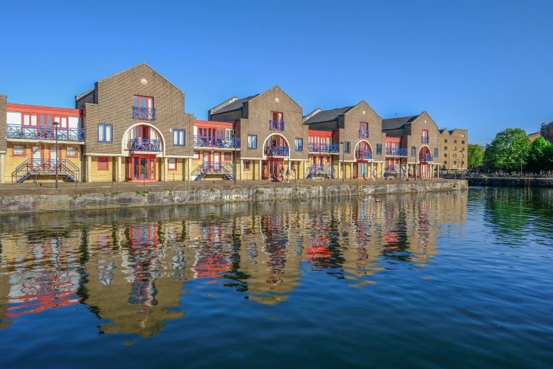 Appartements portuaires au bassin de Shadwell, Londres avec des réflexions i image libre de droits