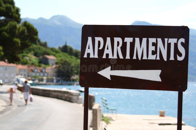 Appartements pour le signe de loyer images stock
