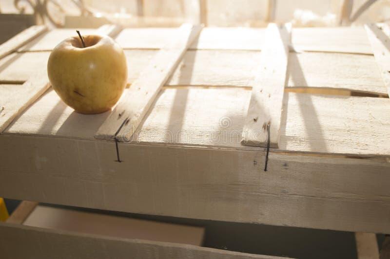 Appel amarillo en una caja vieja imagen de archivo