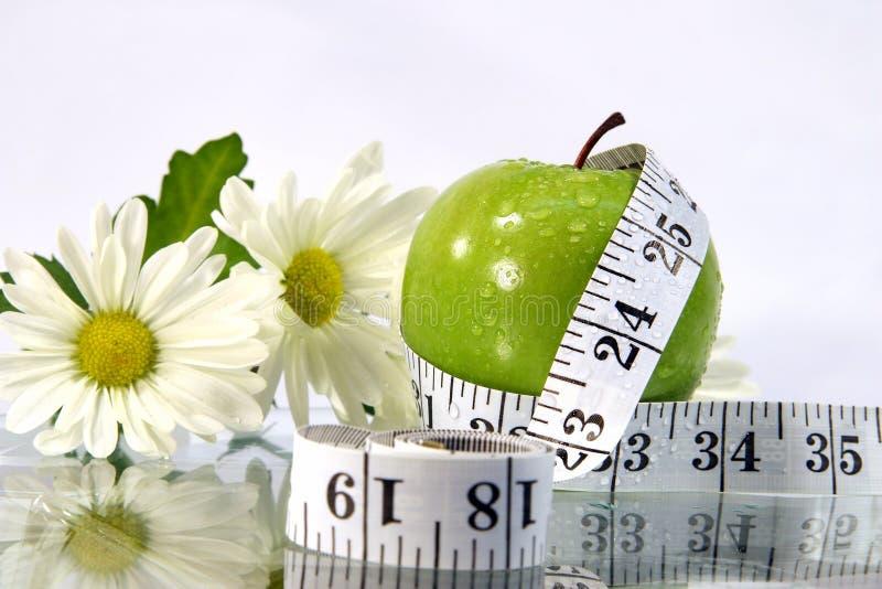 Appel, bloemen en metingsband royalty-vrije stock afbeelding