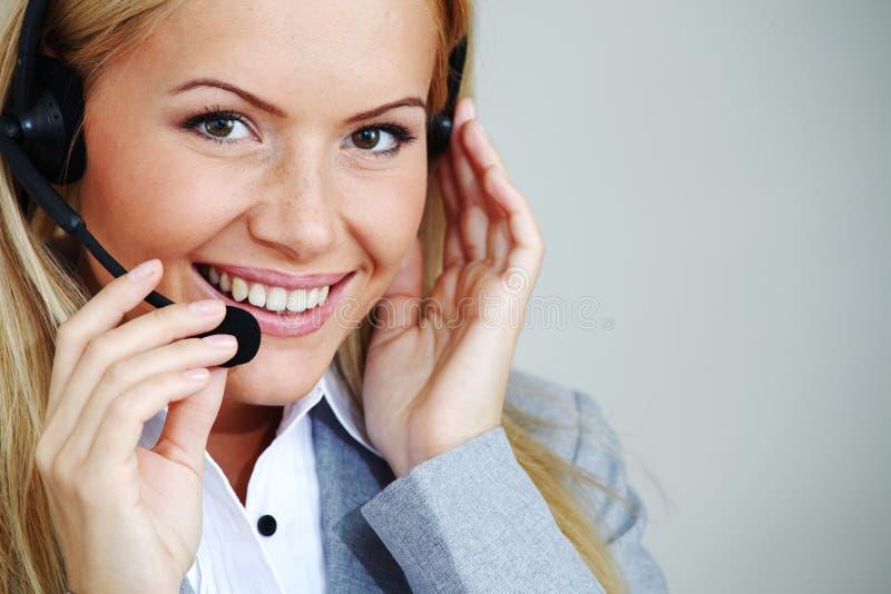 Appel de femme avec l'écouteur photo stock