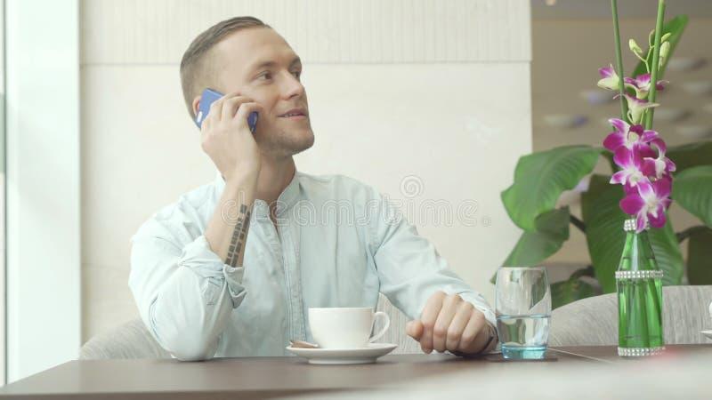 Appel de réponse d'homme et café potable photo libre de droits
