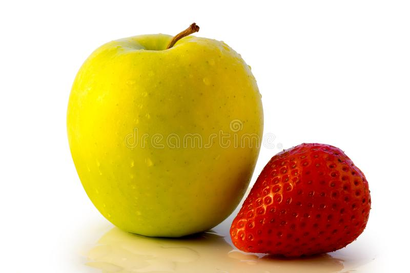 Appel en aardbei die op wit wordt geïsoleerdl stock foto's