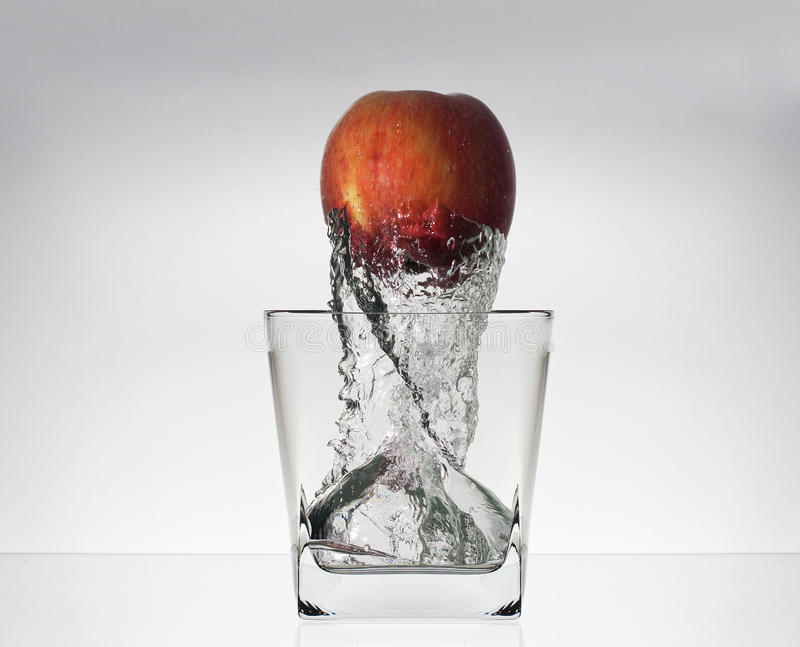 Appel in glas met water vector illustratie