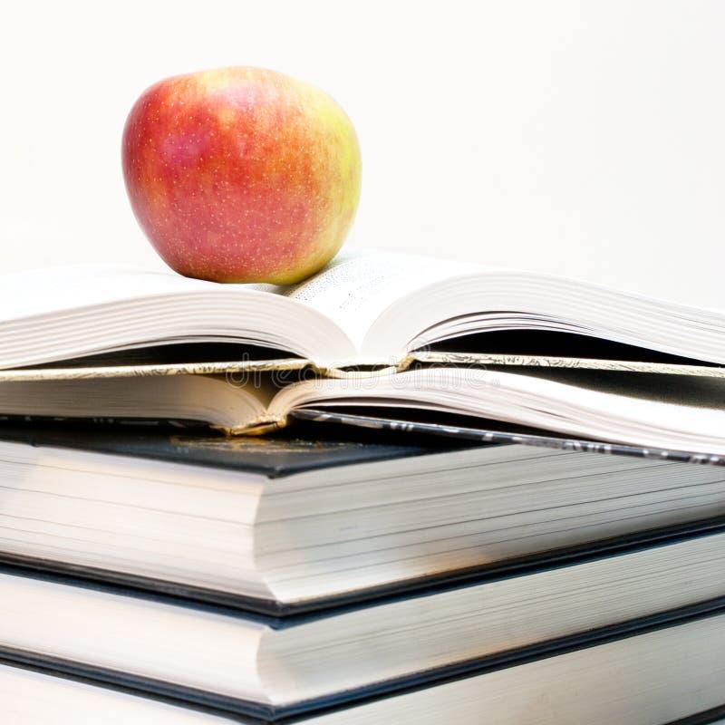 Appel op het boek. stock afbeelding