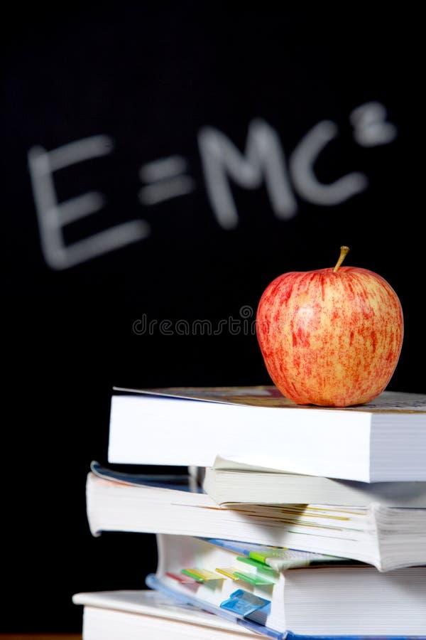 Appel op stapel boeken in klaslokaal royalty-vrije stock afbeelding
