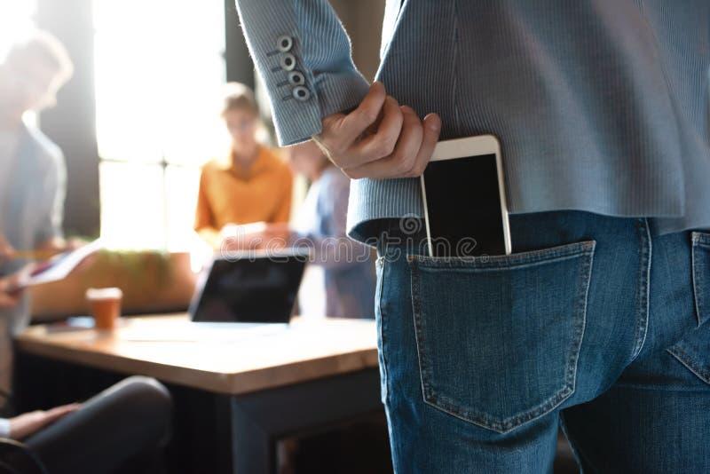 Appel pendant une conférence d'affaires plan rapproché, backview photographie stock libre de droits