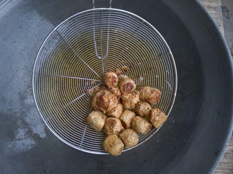 Appel profond Hoi Jo de personnes thaïlandaises de roulade de viande de Fried Crab dans l'araignée images stock