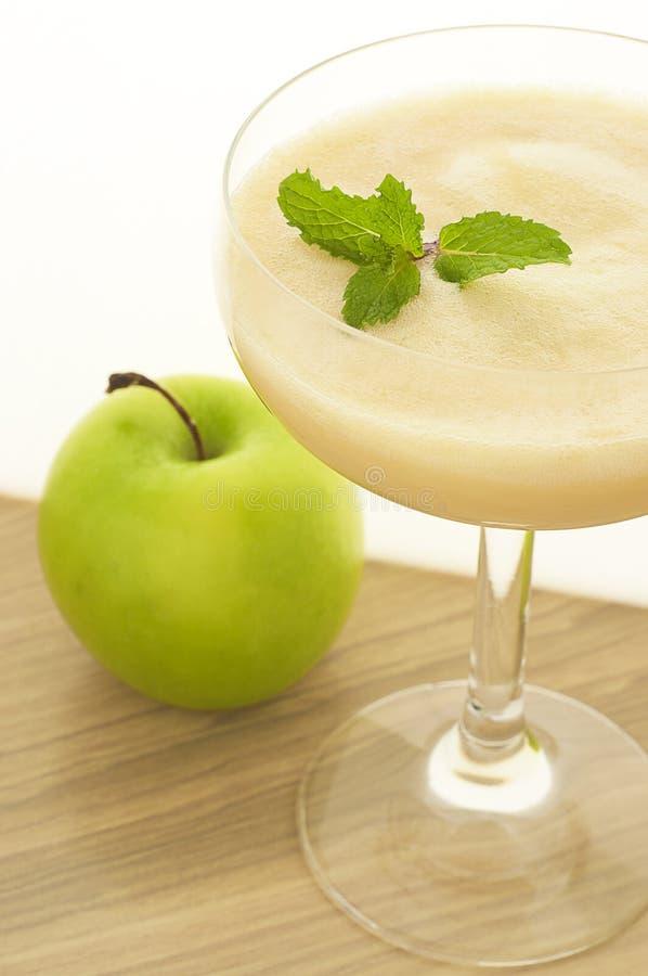 Appel smoothie met munt stock afbeeldingen