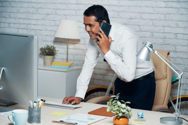 Appel téléphonique de réponse d'homme d'affaires image libre de droits