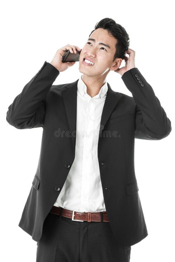 Appel téléphonique de réponse d'homme d'affaires perplexe images libres de droits