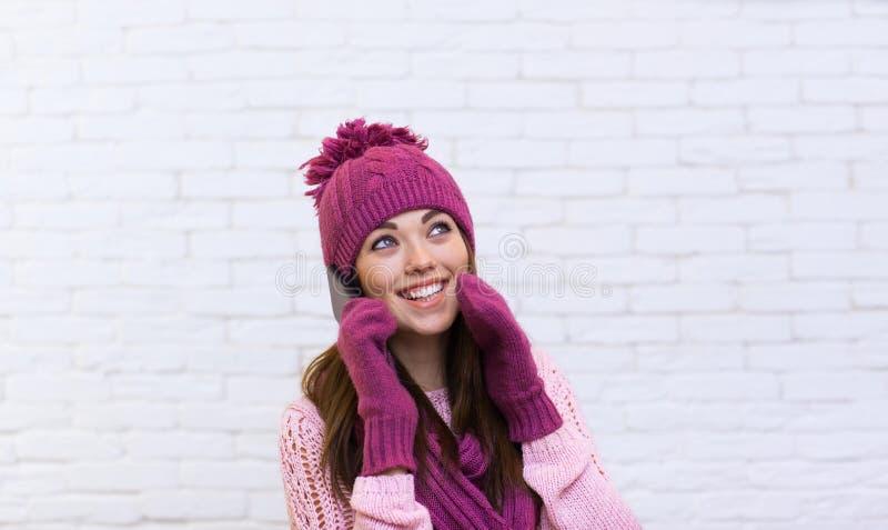 Appel téléphonique de téléphone portable attrayant d'adolescente regardant de côté l'espace de copie photographie stock libre de droits
