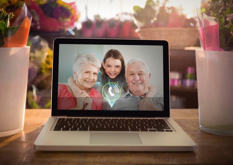 Appel visuel entrant des grands-parents et de la fille grande photo stock