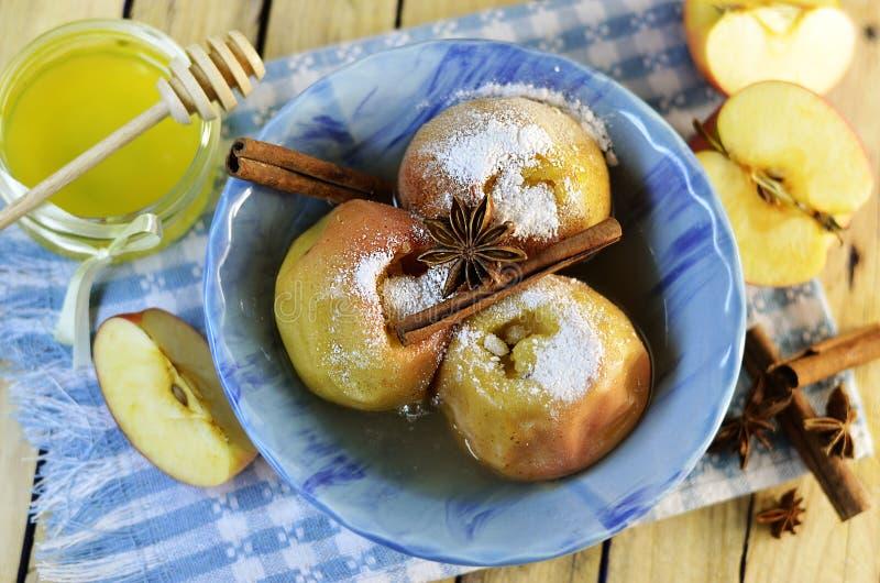 Appelen in de oven worden gebakken die stock foto's