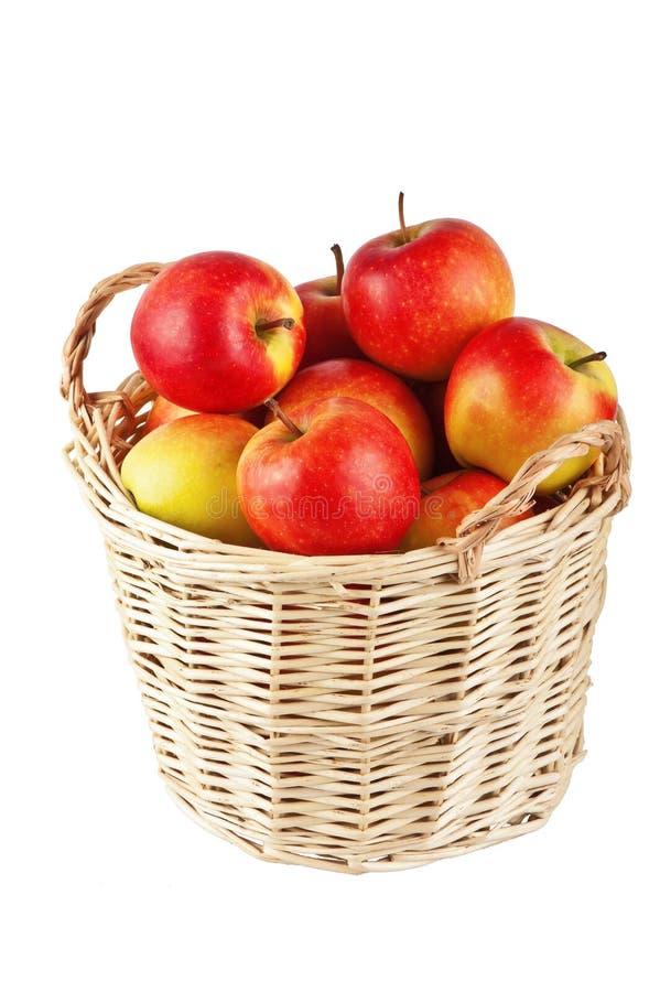 Appelen in een mand op een witte achtergrond stock foto