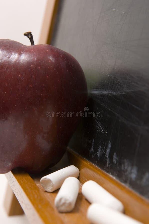 Appelen en Challkboard op school stock fotografie