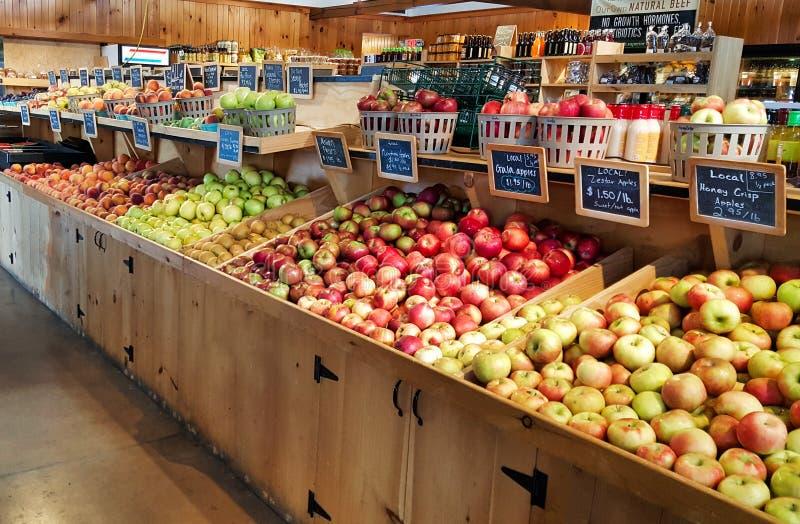Appelen en perziken bij een lokale landbouwersmarkt stock fotografie