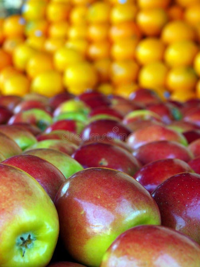 Appelen en sinaasappelen royalty-vrije stock foto's