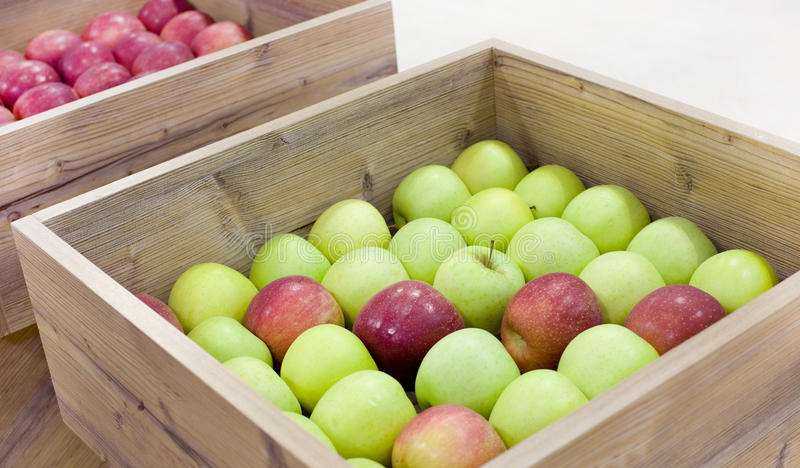 Appelen in houten dozen stock afbeeldingen