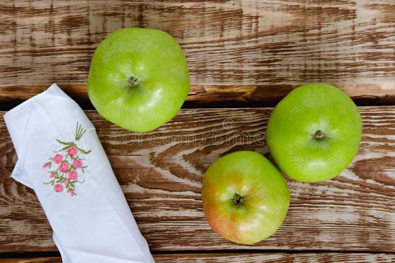 Appelen op een houten lijst stock foto's