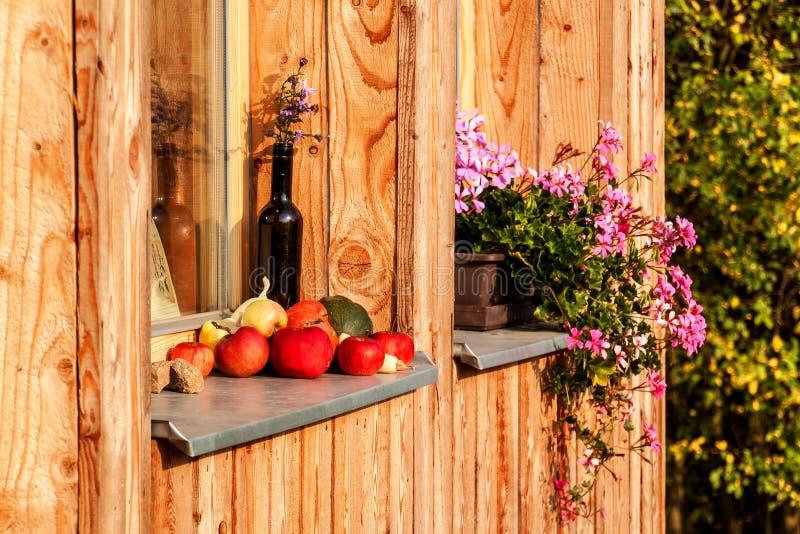 Appelen op een venstervensterbank worden gelegd van een blokhuis dat Het gelijk maken op het Landbouwbedrijf Autumn Time Fruitoog royalty-vrije stock fotografie