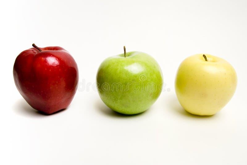 Appelen in rij stock afbeelding