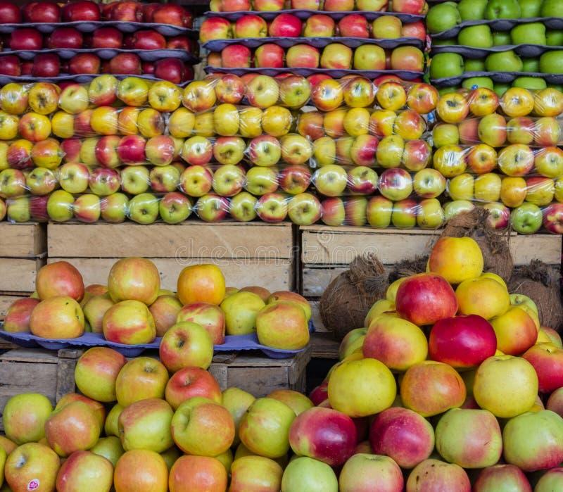 Appelen voor verkoop bij een markt stock foto's