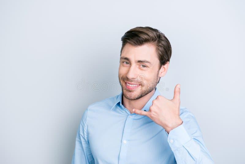 Appelez-moi, bébé ! Homme châtain beau et souriant faisant des gestes le téléphone photo stock