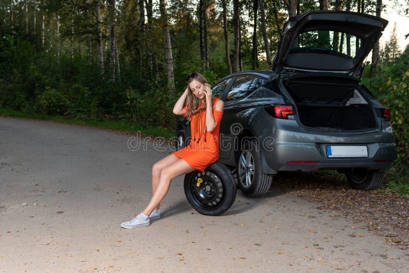 Appell för kvinnachauffördanande som frågar hjälp för bilservice arkivbild
