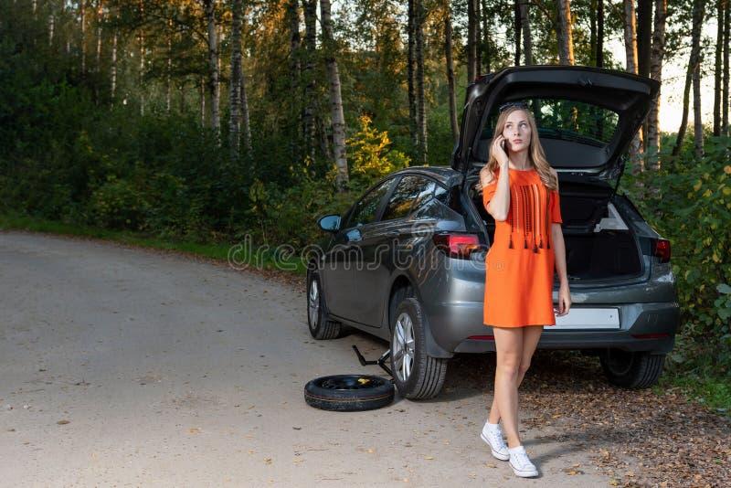 Appell för kvinnachauffördanande som frågar hjälp för bilservice arkivbilder