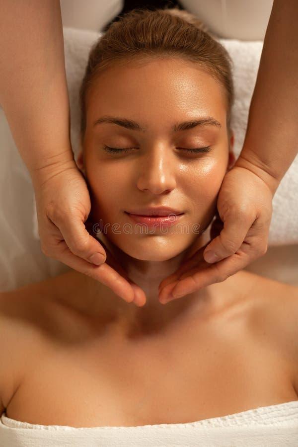 Appellera damen som ligger med stängda ögon under att koppla av massage arkivfoto