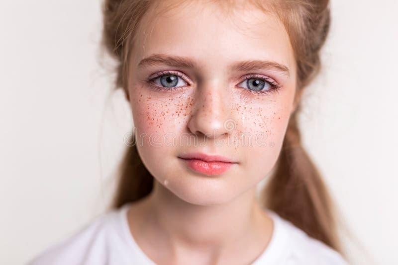 Appellera den unga damen med stora blåa ögon som är i deprimerat lynne royaltyfri fotografi