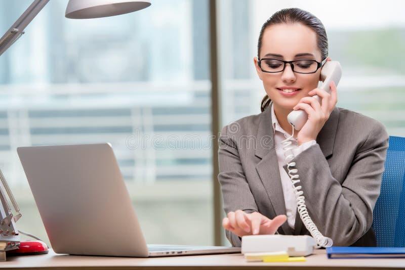 Appellmittoperatören som arbetar på hennes skrivbord arkivfoton
