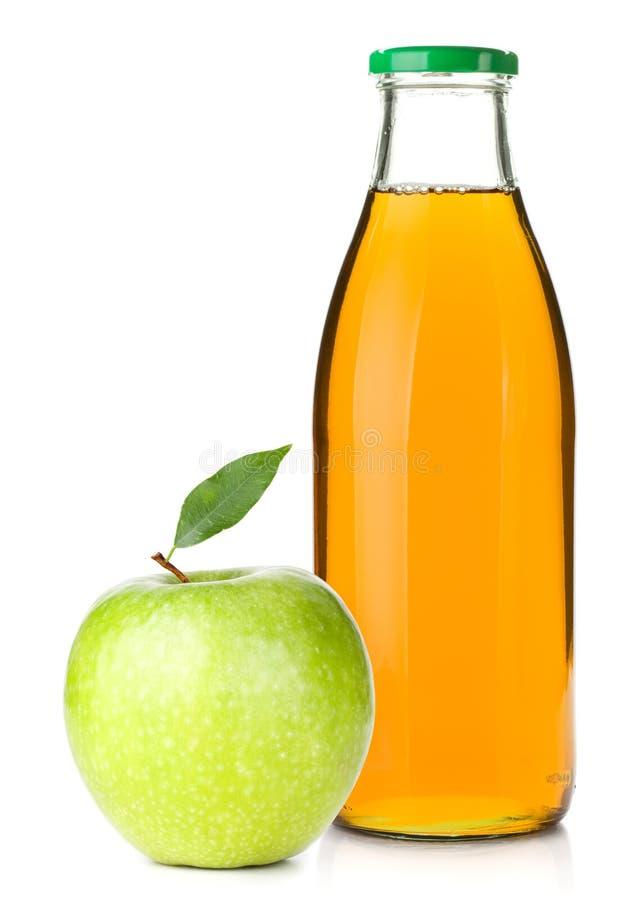 Appelsap in een glasfles en een rijpe appel royalty-vrije stock foto's
