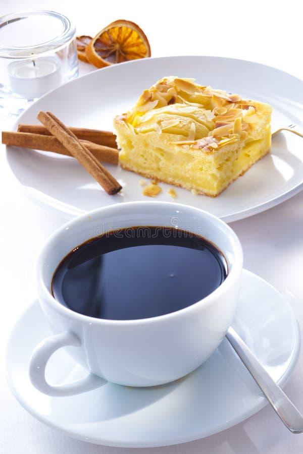 Appeltaart en koffie stock afbeeldingen
