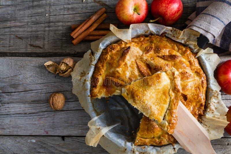 Appeltaart met appelen, cinnammon en noten royalty-vrije stock foto