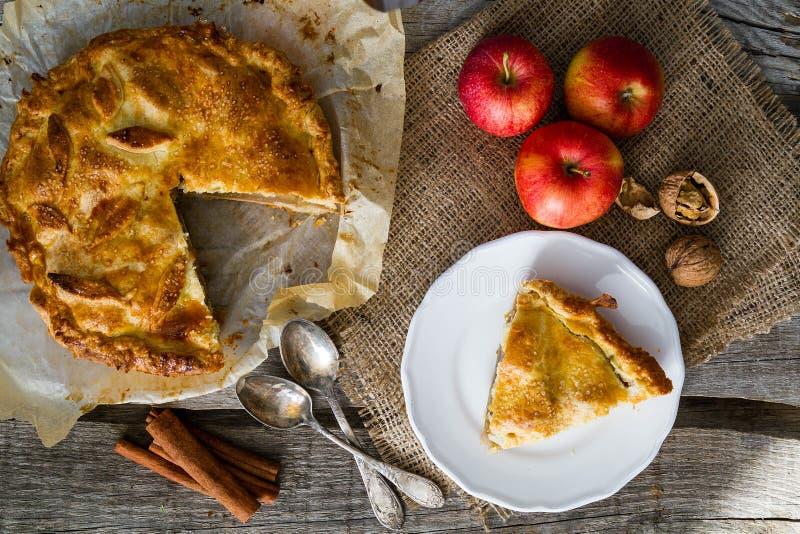Appeltaart met appelen, cinnammon en noten royalty-vrije stock foto's